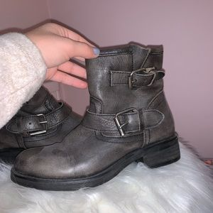 Grey moto boots with buckle